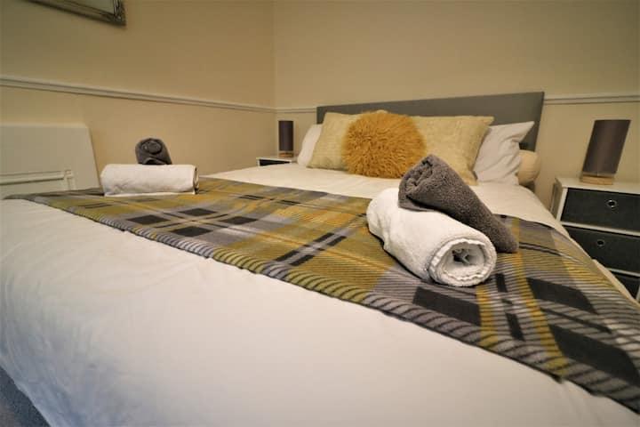 *HALF PRICE* Skye Lodge, Large Room w/FAST WIFI :)