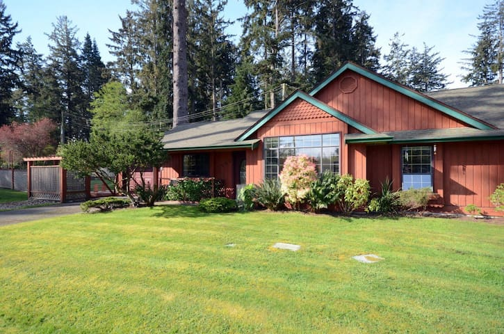 Rooms in a country cottage beside ocean and forest - Sooke - Bungalov