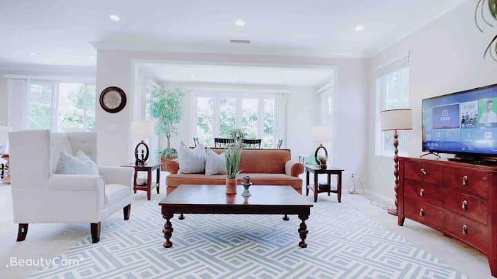 温馨雅致的3房2.5卫独栋别墅,尔湾中心,高端寝具家具设施一应俱全,带给您全新体验,是您最佳的选择