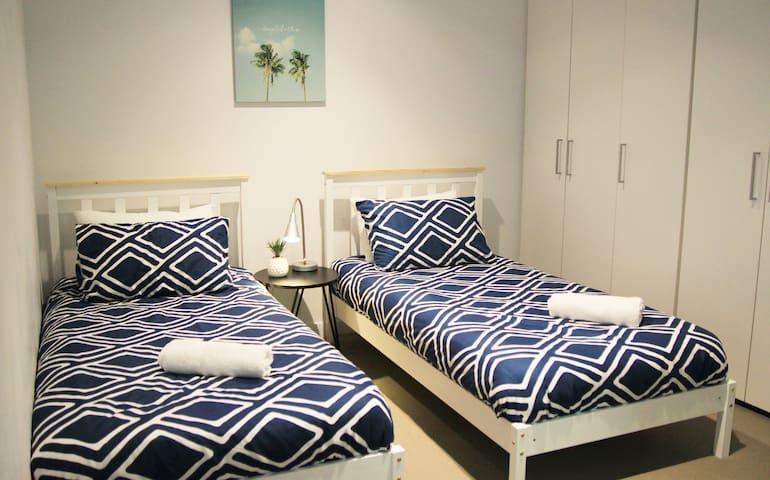 墨尔本市中心全新2房公寓1大床2单人床2沙发床可住8人免费车库