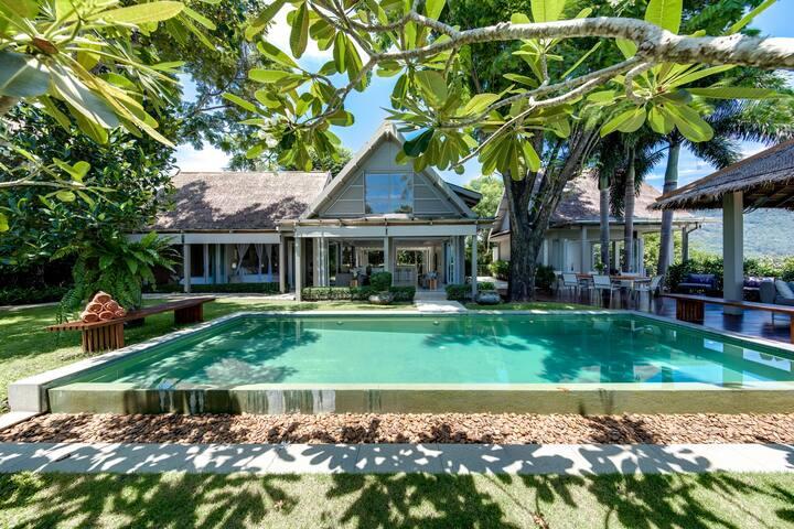 Stunning Fully Serviced Headland Villa on Beach