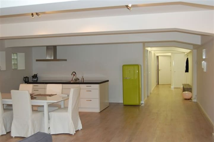 Hip apartment in basement old Limonade factory - Middelburg - Apartment