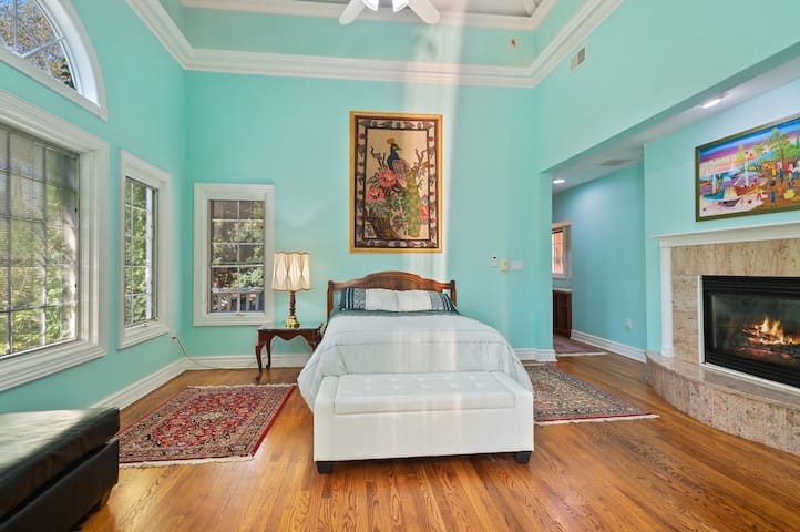 Private room in a luxury house, Pettit Place