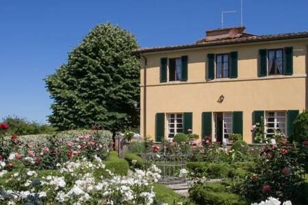 Elegant villa with Italian garden and pool - Ascarello - วิลล่า