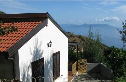 Casa in collina con vista isole Eolie
