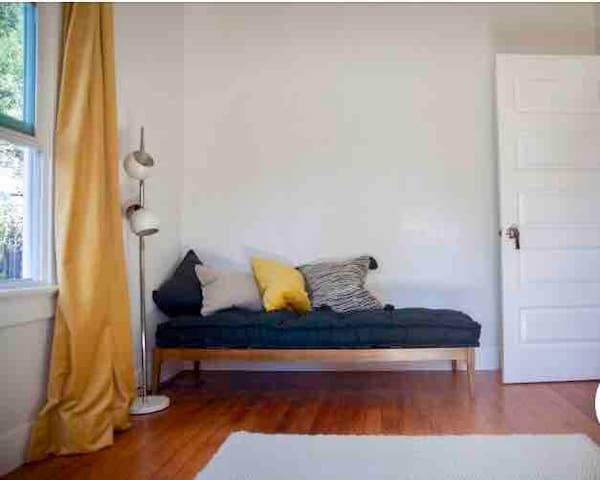 Green Door Resort - Private Room <3