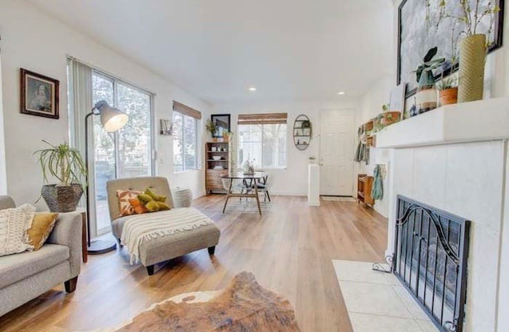 4.5 MILES FROM MAGIC MOUNTAIN TOWNHOUSE!