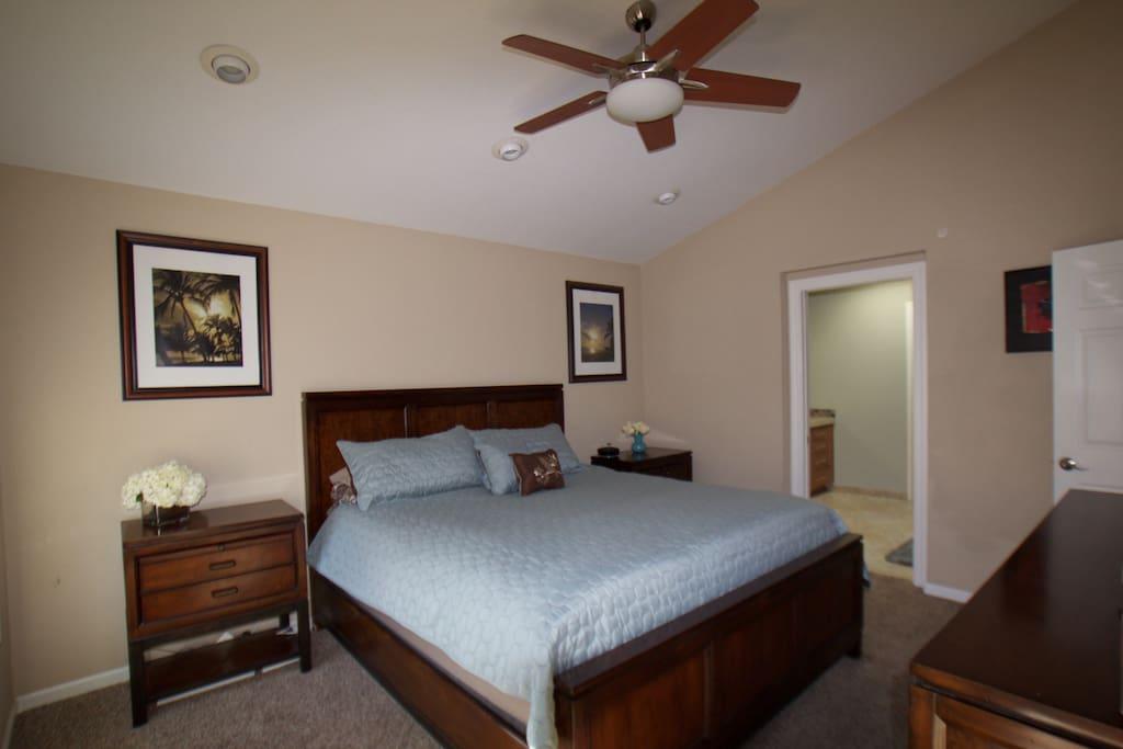 Master Bedroom Cal King Bed (smart TV & en suite)