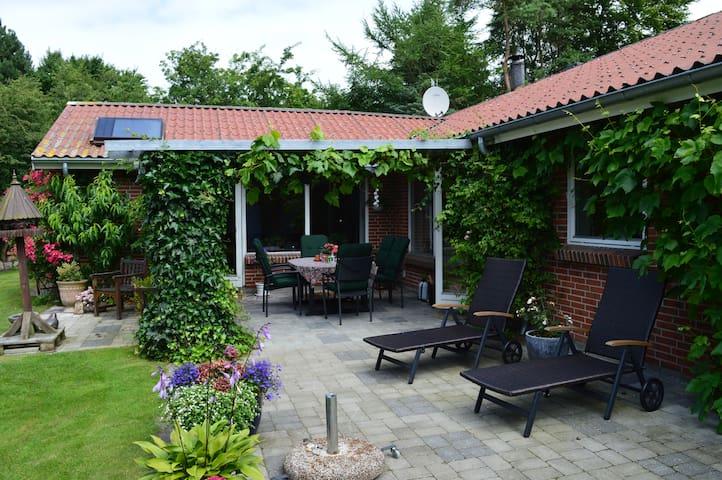 Roligt område, hyggeligt hus tæt ved by og strand - Ebeltoft - Huis