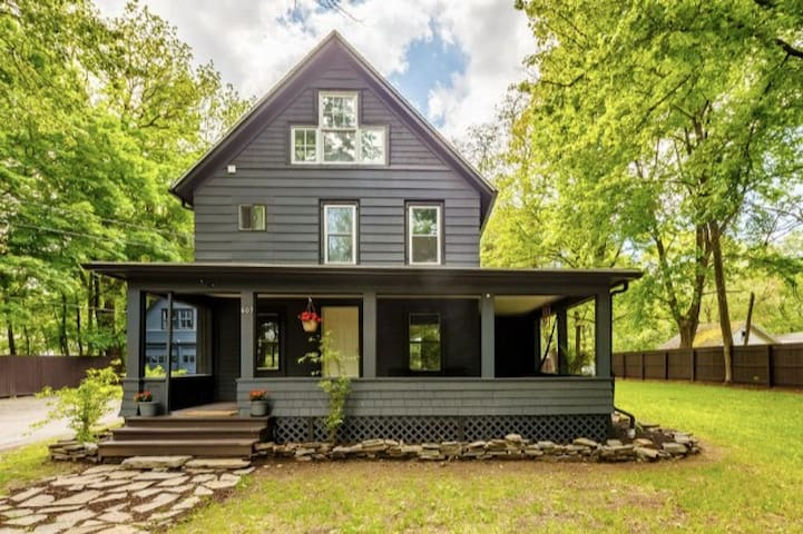 Charming Hudson Valley 1890 Cottage Winter Retreat