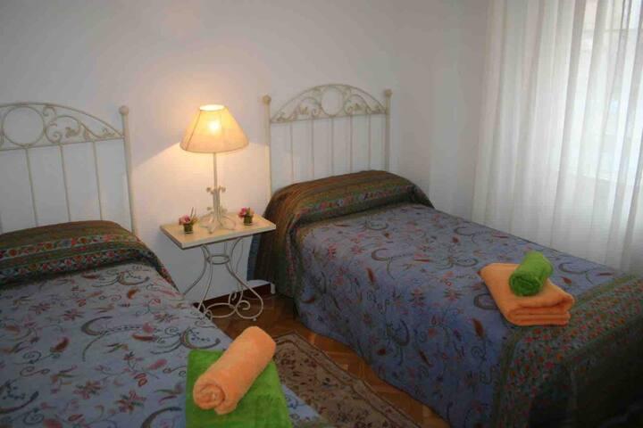 Bonita habitación exterior cerca de parque Retiro