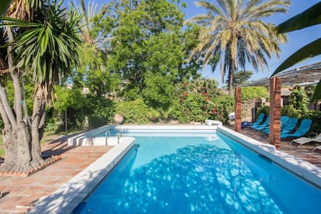 Beachfront villa with pool - Torre de Benagalbón - Huvila