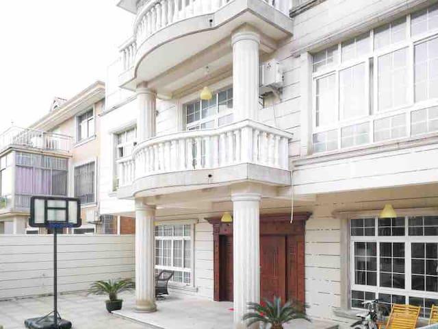 (浦东机场附近)爱琴海2号私人独栋别墅内的温馨大床房1间,提供接送机服务。