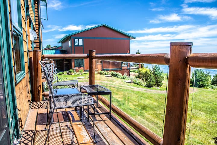 Aspenwood 6544 is a spacious 3 level Tofte townhome with awe inspiring views of Lake Superior