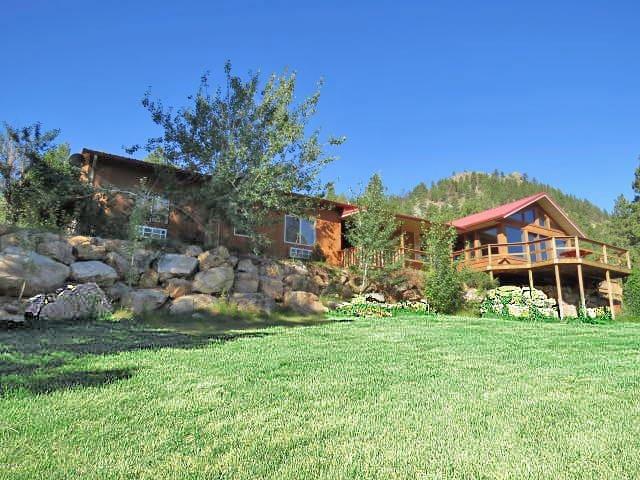 MT Wolf Creek Lodge - Sleeps 14-15 Adults.