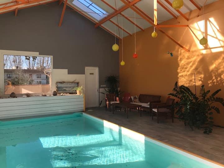 Ancienne usine rénovée - piscine intérieur chauffé