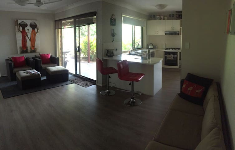 Friendly quiet modern home - Molendinar - Casa