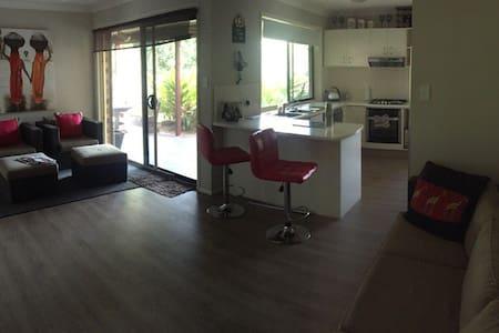 Friendly quiet modern home - Molendinar - Casa