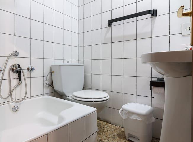 Baño pequeño incluido: vater, poliván o bañera pequeña y lavabo.