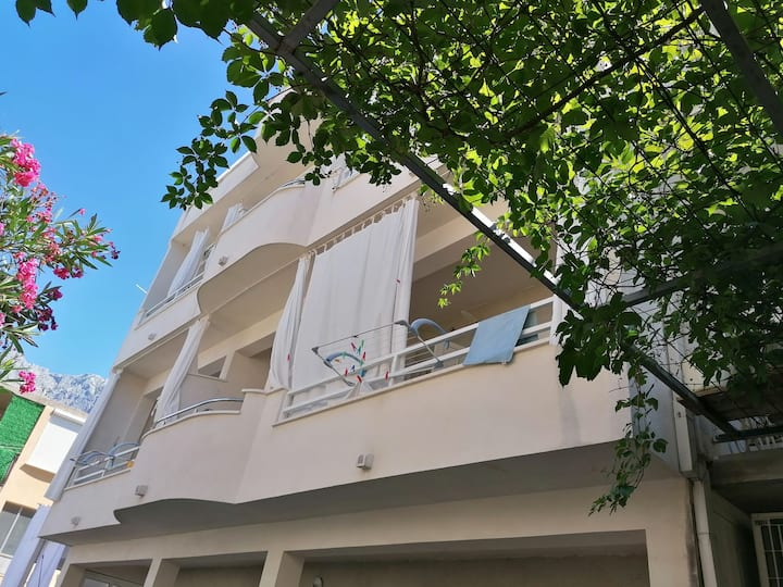 Makarska apartment for two in center.
