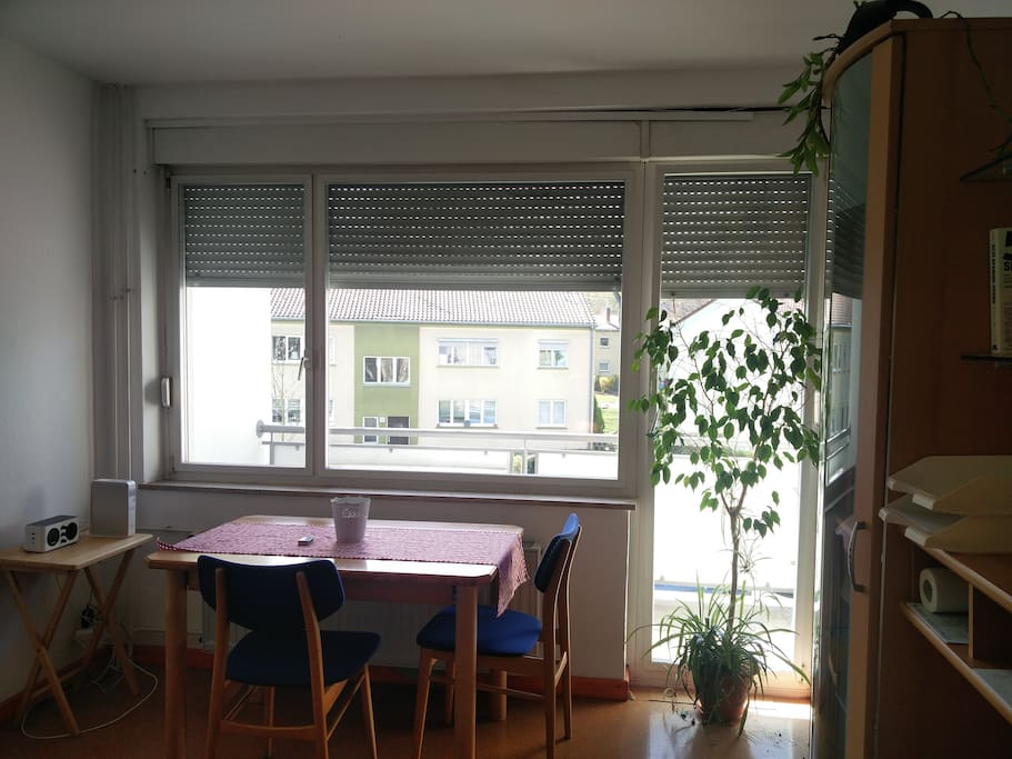 Tisch und Balkon