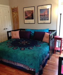 Bedroom in lovely condo in historic village - Williston - Condominium