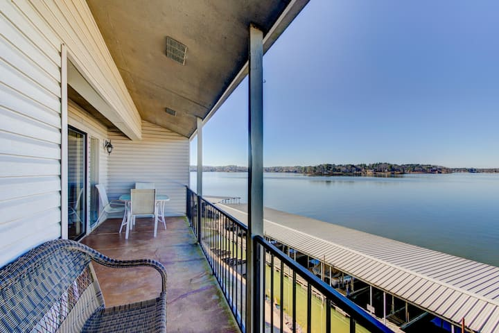 The Landing 6D Condo with Lake Hamilton views!