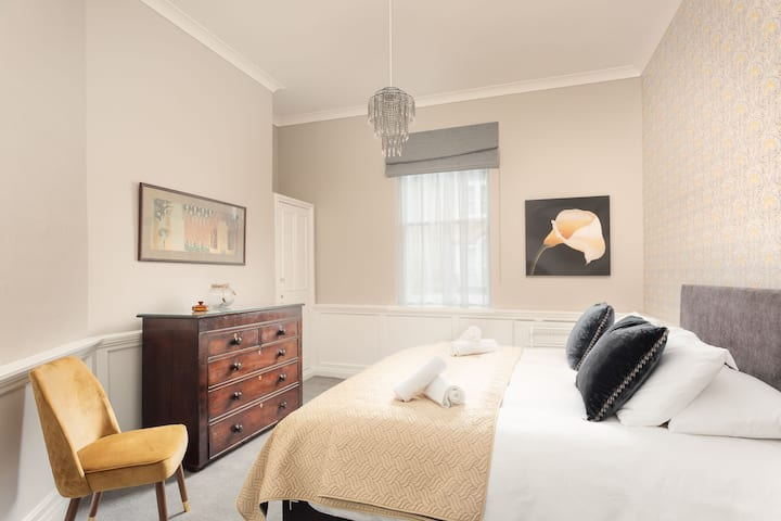 St James Apartment - Central Location with Parking