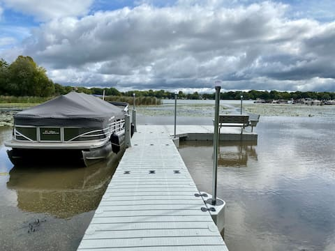 Cozy-Private- Lake front-4 bed-2 bath home-Games!