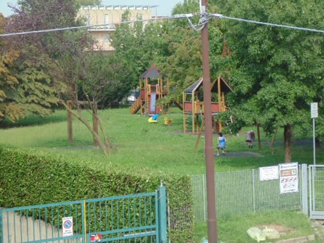 Vista parco giochi fuori casa