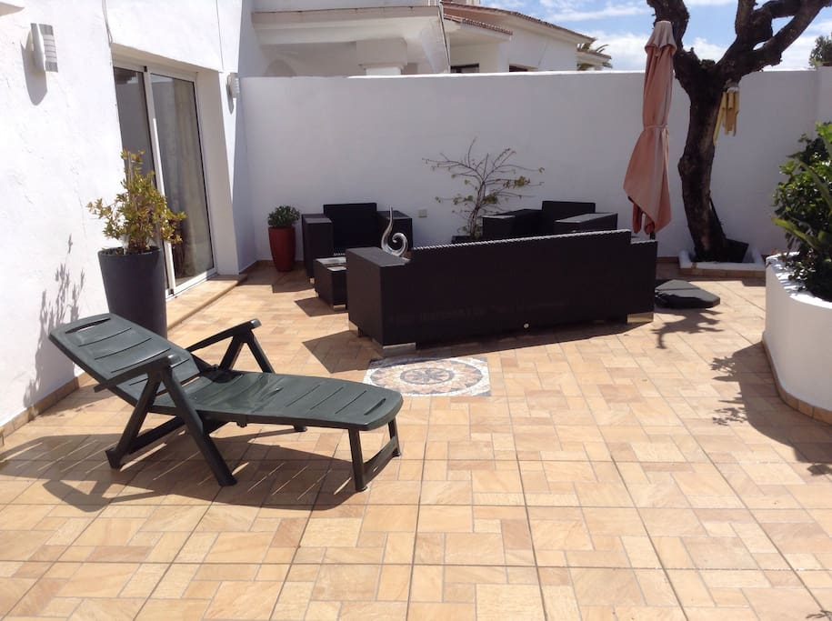 Downstairs terrace and gardens gives a secluded area for sunbathing, relaxing or sipping sundowners on the outside lounge area. This area also has a dining area and BBQ