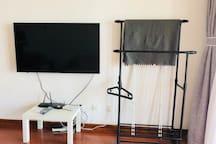 小米50寸电视➕黑色实用衣架及白色阳台晾衣架
