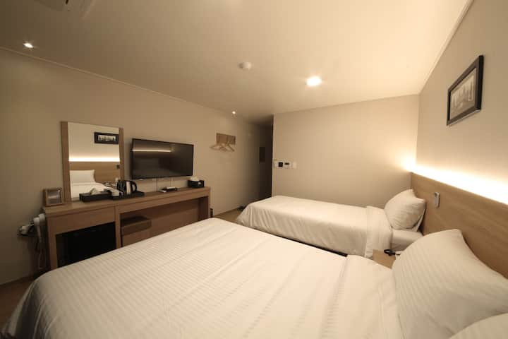 Twin Room (double+single)- Harbor Hotel Jeju