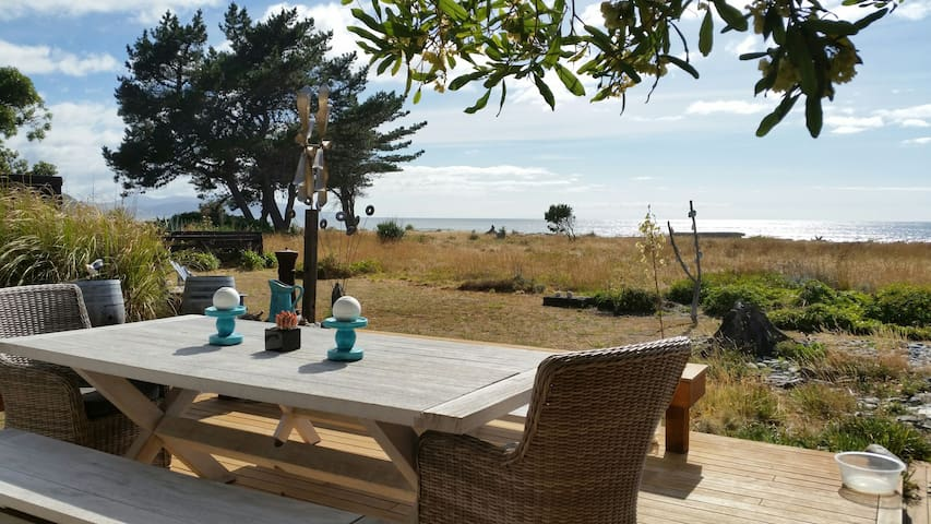 ★Beachfront|GardenRoom+Living Area|Epic Sunrise - Rarangi - Bed & Breakfast