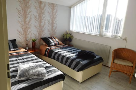 Sleeping close to Eindhoven Airport - Bungaló