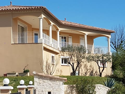 Spacious villa with swimming pool at the foot of the Castellas