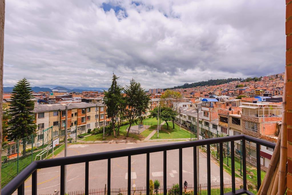 Se aprecia la vista desde el balcón de la sala, al exterior.