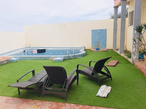 Grande villa avec piscine au bord de la mer