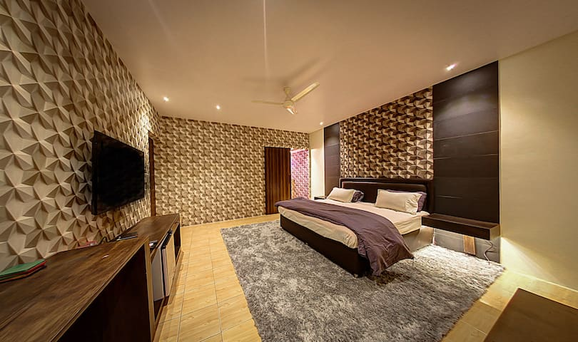 Isolated Guest Room in GK 1 with Private Entrance