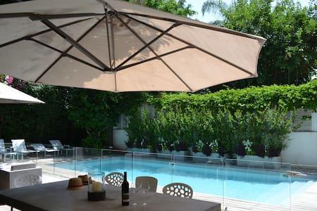 Beautiful villa- SWIMMING POOL-GARDEN- PKG - BEACH - Herzliya