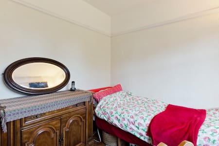 Private Room in Thames Ditton, Near River Thames - Thames Ditton - Hus