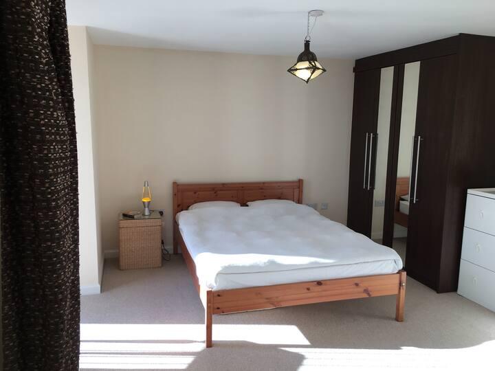Modern double bed, en-suite bath, great location