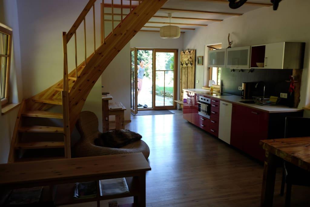 Wohnzimmer mit offener Küche - Aufgang zu den Schlafzimmern