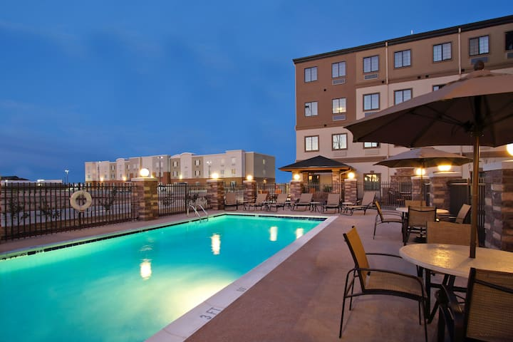King Suite. Free Breakfast. Outdoor Pool. Gym. Near the University of Texas Permian Basin!