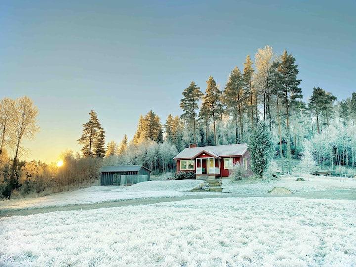 Sjönära stuga på landet.  Jul och adventspyntad.