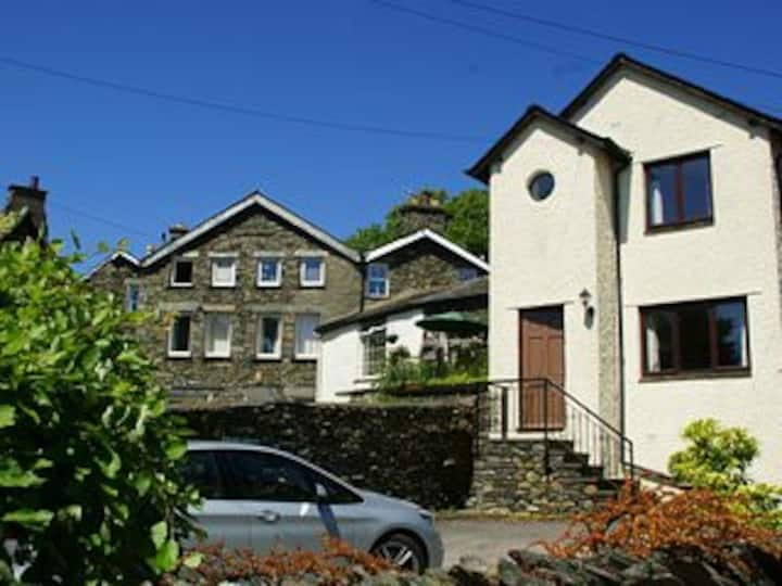 Caxton Cottage, in the heart of Windermere village