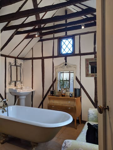 Entire One Bedroom Stunning Period Cottage+B/fast