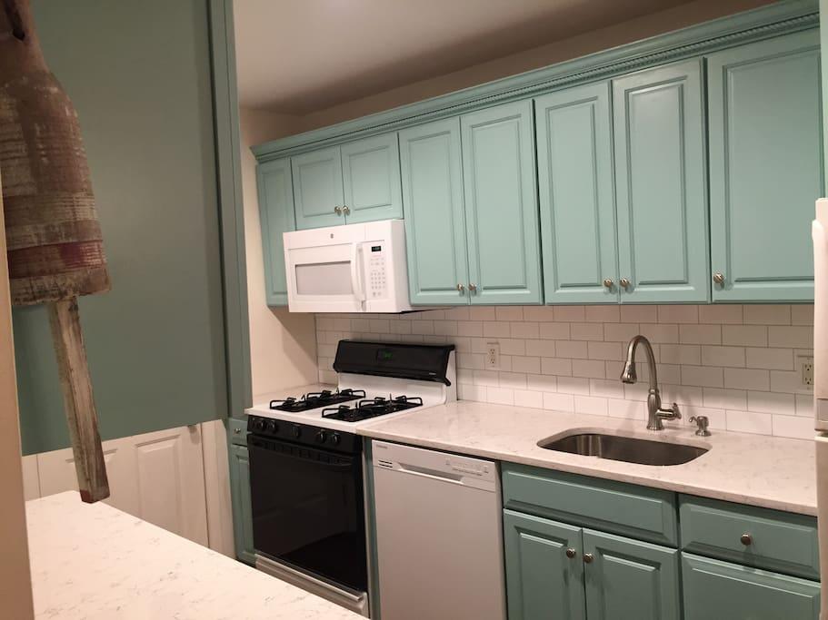 New Kitchen: beautiful quartz countertop, dishwasher.