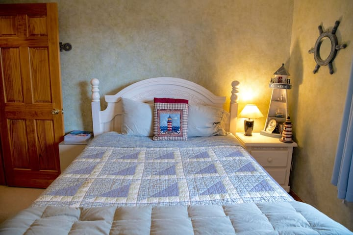 Private upstairs guest room - queen size bed