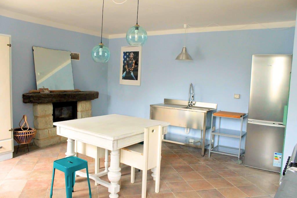 La grande cucina blu. The big blue kitchen.